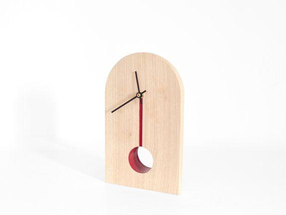 Horloge à poser rouge pour bureau ou table design bois chêne