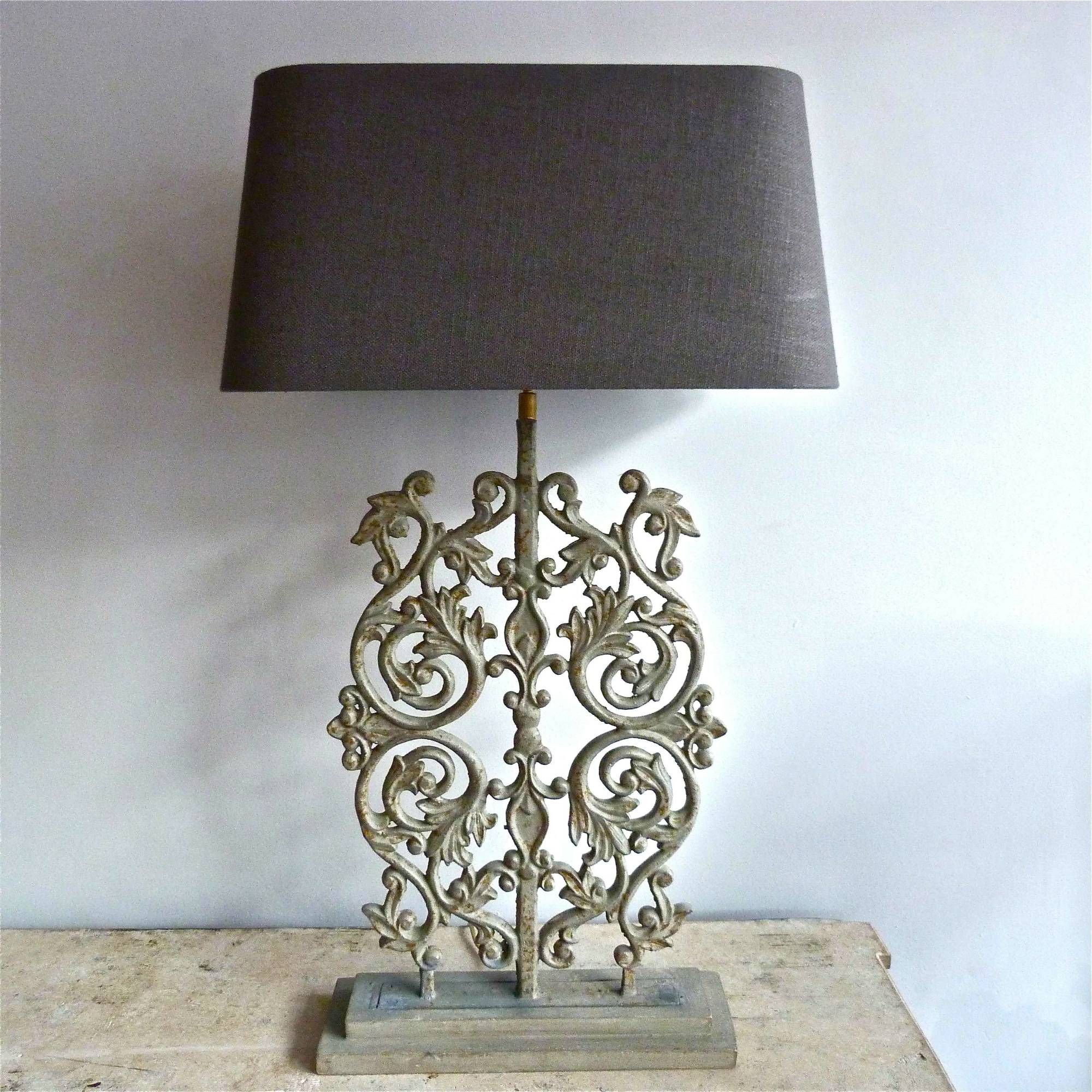 Exceptionnel TALL DECORATIVE CAST IRON TABLE LAMP WITH LINEN SHADE