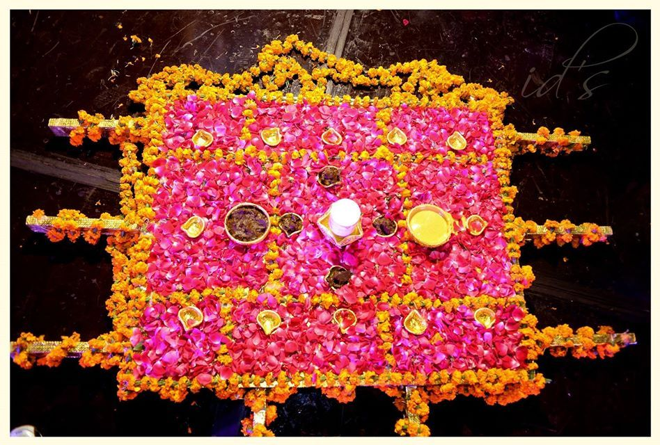 Mehndi tray palki weddingdecor pinterest mehndi trousseau in this collection we have collected most beautiful mehndi decoration ideas for your inspiration you can get ideas for next mehndi function junglespirit Choice Image