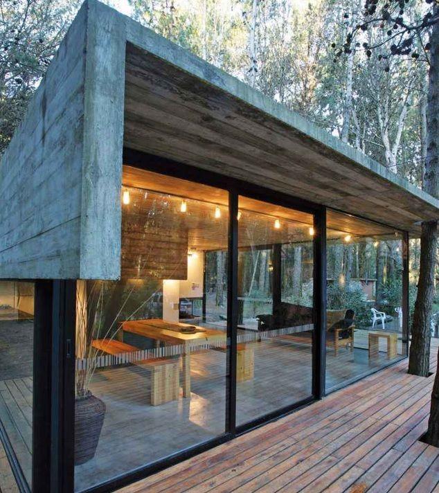 Combi betongrijs, glas, zwart en hout is mooi uitgevoerd