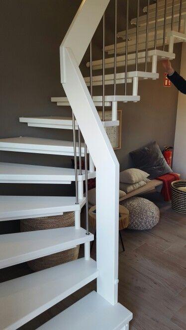 Weiße Holztreppe weiße holztreppe offene variante streben aus edelstahl