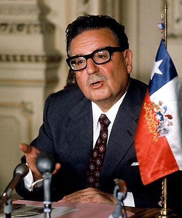 Salvador Allende - 1908-1973 - Chile - Foi um medico e politico marxista chileno. Fundador do Partido Socialista, governou seu pais de 1970 a 1973, quando foi deposto por um golpe de estado liderado por seu chefe das Forcas Armadas, Augusto Pinochet. Allende foi o primeiro presidente da republica  e o primeiro chefe de estado socialista marxista eleito democraticamente na America.