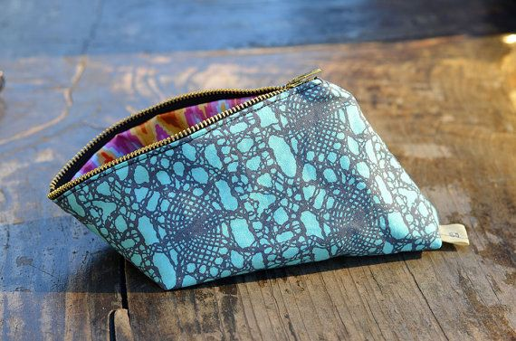 Makeup bag/Pencil case: Pop-open zipper pouch by alphabetsummer - Very cleveer little bag to hold little things by #alphabetsummer #SFEtsy