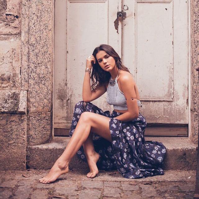 Descalça, Bruna Marquezine exibe as pernas em rede social