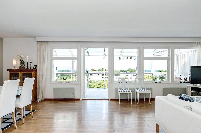 sala de estar con grandes ventanales que dan al mar y el balcón acristalado.  Paulin camino 5a - Bjurfors