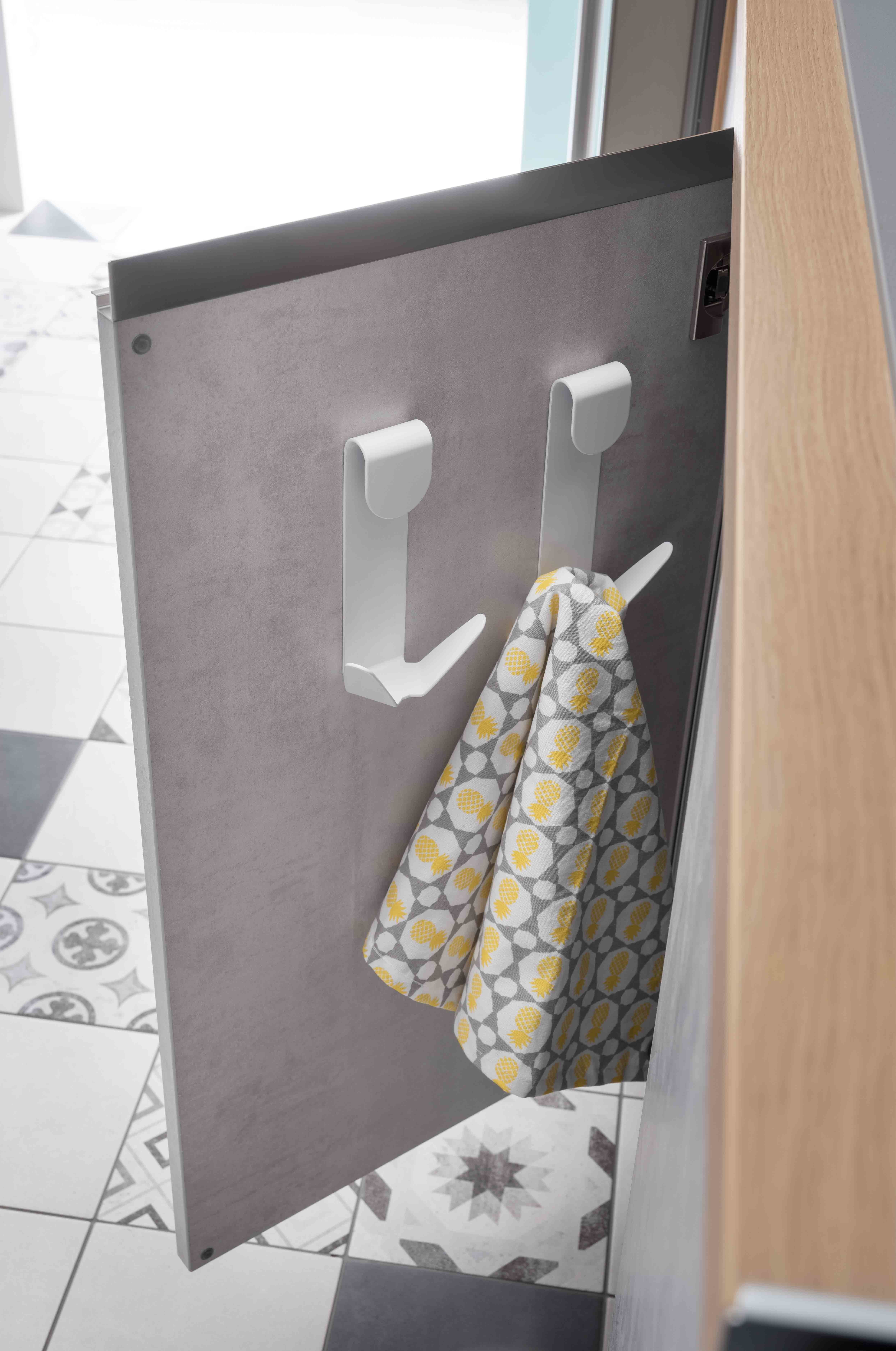 Accessoires Pour Cuisine Aménagée un porte-torchons discret, intégré au meuble bas sous évier