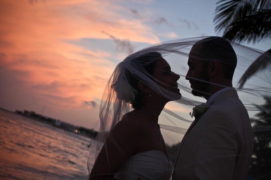 """""""El alma que hablar puede con los ojos, también puede besar con la mirada."""" ~Gustavo Adolfo Becquer~ Wedding Photography www.twitter.com/vivaphotowedds"""