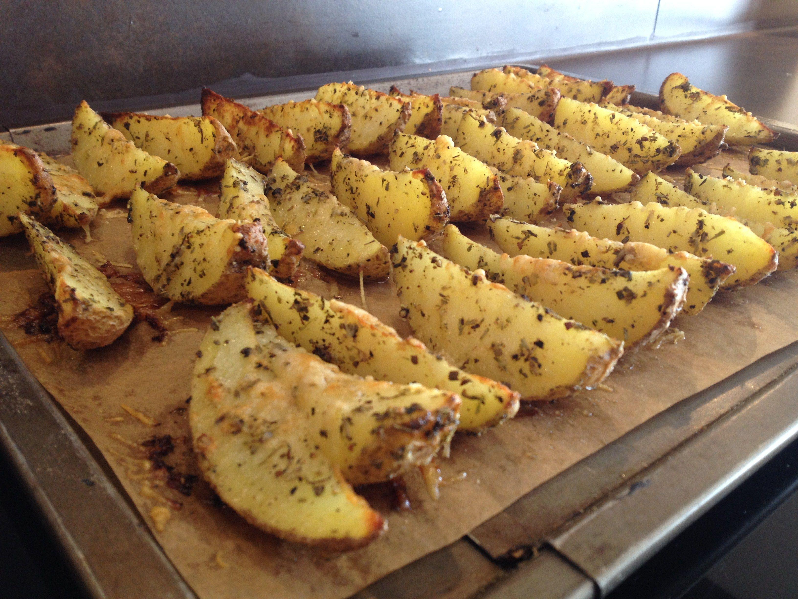 Knoblauch-Parmesan-Kartoffelecken - Herdgeflüster