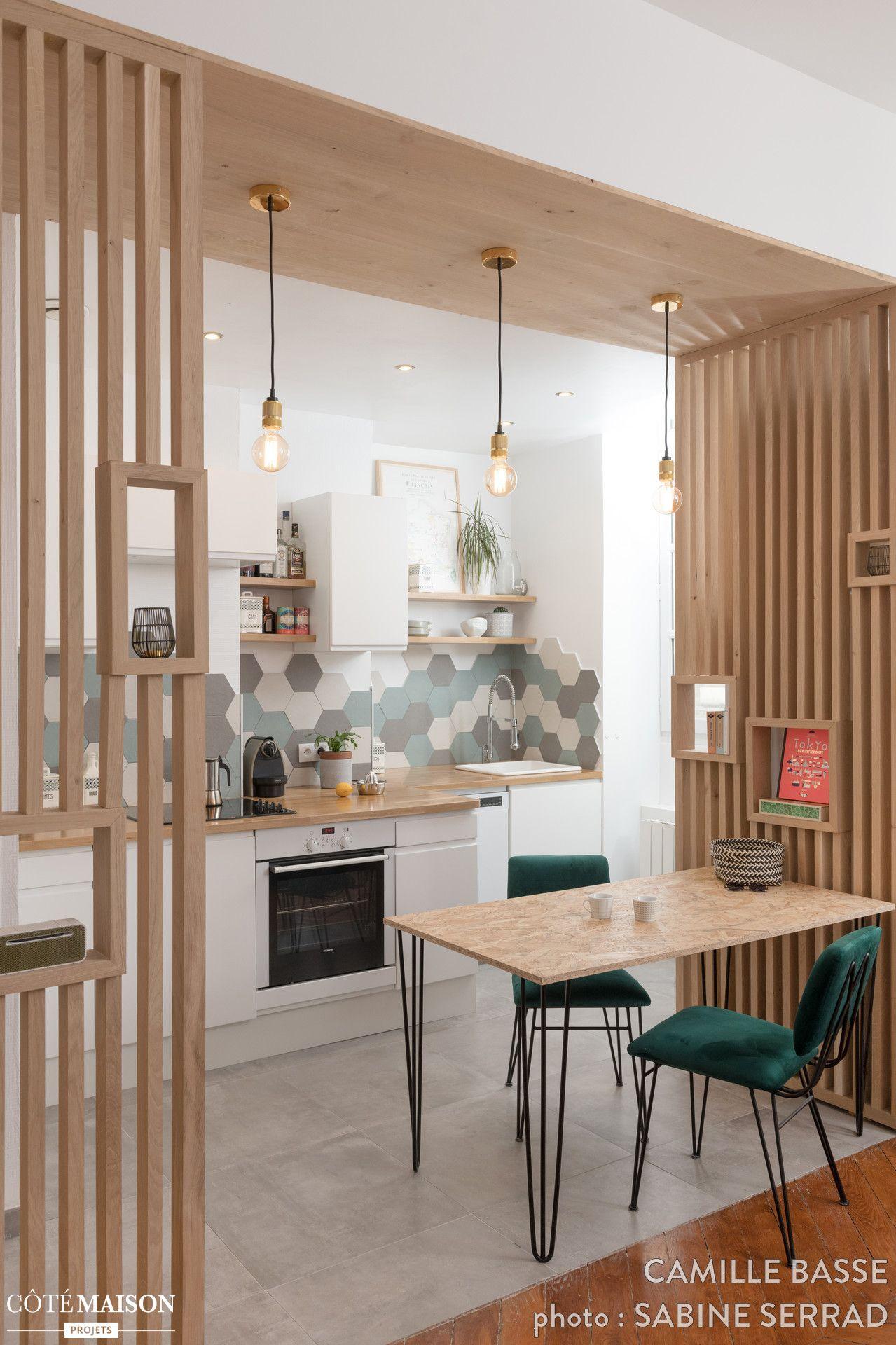 Des éléments En Bois Clair Structurent L'espace Cuisine