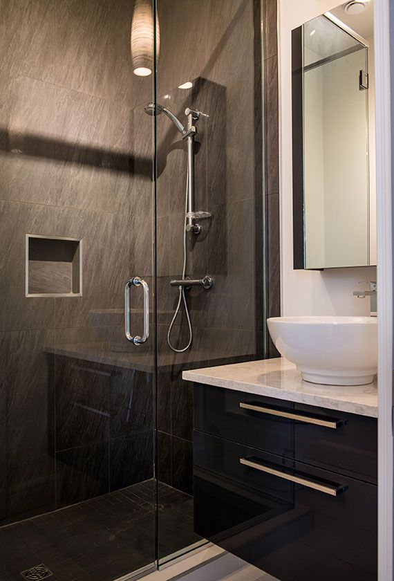 petite salle d eau moderne avec un mobilier suspendu pour plus de l g ret et une pharmacie. Black Bedroom Furniture Sets. Home Design Ideas