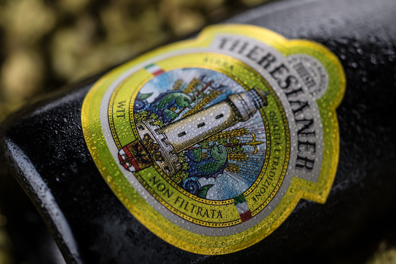 Theresianer Wit: orzo e frumento sono arrivati dalla Baviera per incontrarsi in questa birra dal colore giallo paglierino, dal gusto sofisticato, e dal profumo, nato da lieviti pregiati ad alta fermentazione e così  intensamente fruttato.