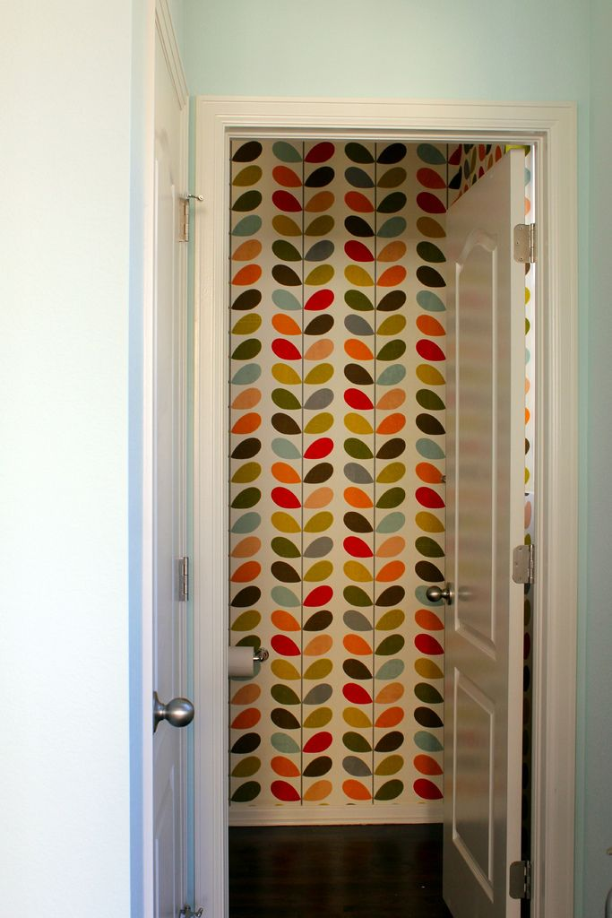 This Orla Kiely wallpaper in the entryway of @YouAreMyFave