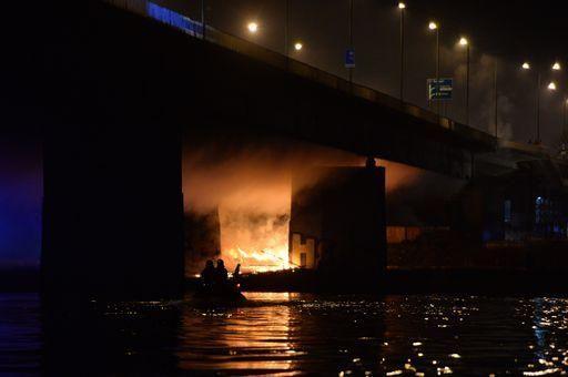 Varsavia, pompieri al lavoro 12 ore per domare incendio su ponte - Yahoo Notizie Italia