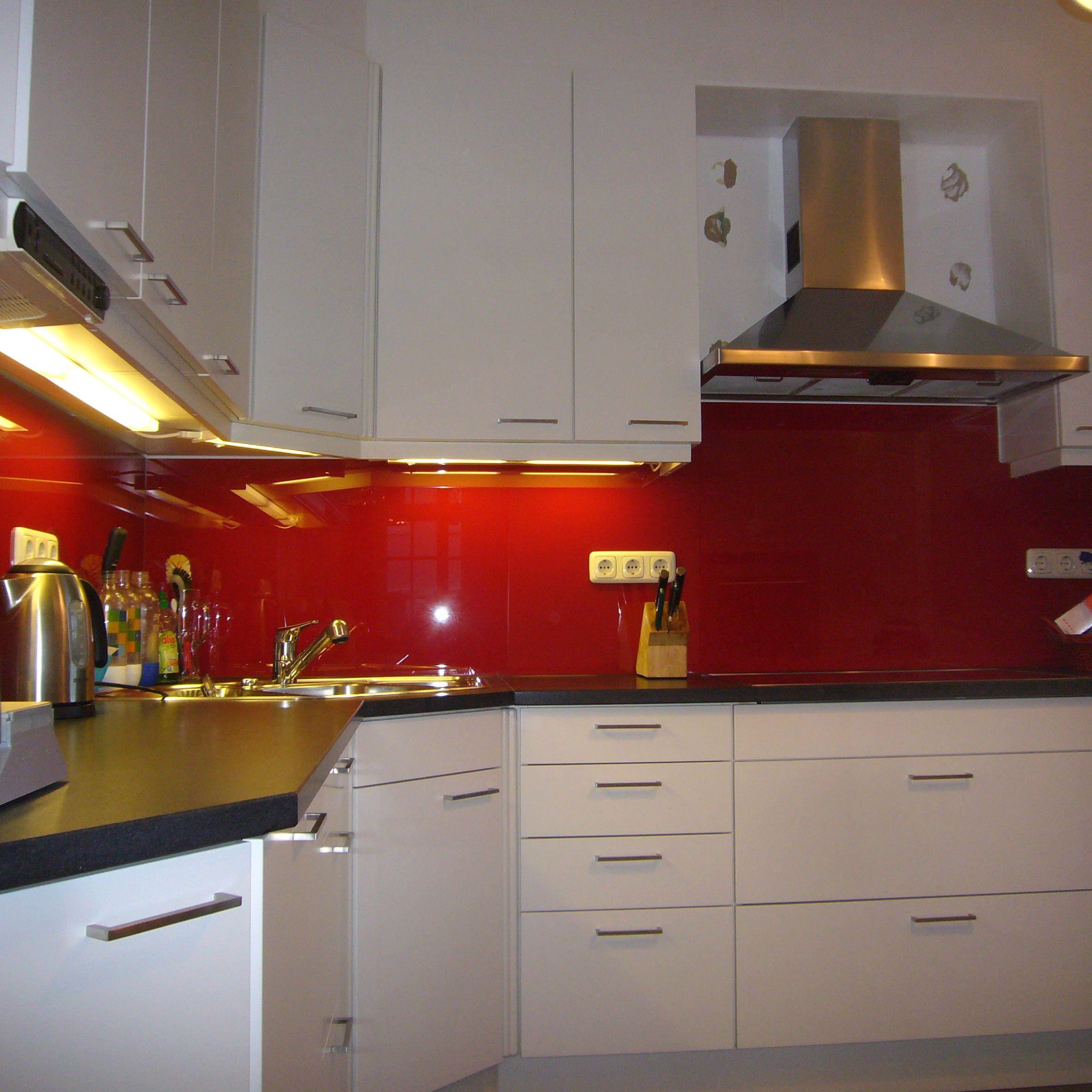 Küche mit #Steinarbeitsplatte, Fronten mit weißem #Schleiflack ...