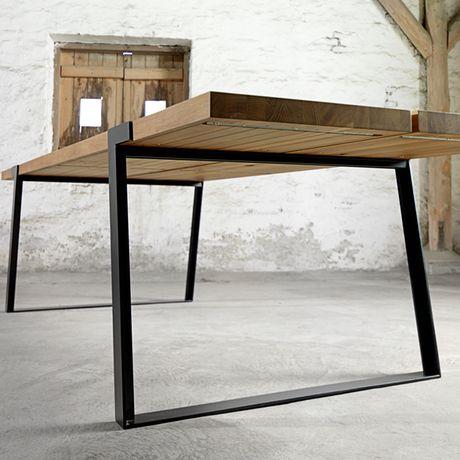 """Gigant -sarjan upeat ja tyylikkäät pöydät on valmistettu aidosta raaka villi tammesta. Pöydän jalat ovat mustaksi tai valkoiseksi maalattua metallia. Pöytälevyä löytyy kahdessa eri värissä, white-wash tai öljytty tammi.Pöytää löytyy 240 ja 290 cm:n pituisena. Öljytty tammi - klassikko väri, sopii täydellisesti mihin tahansa sisustukseen ja edustaa ajatonta kauneutta. Kalkittu valkoinen (""""White-Wash"""") tammi - leikkisä…"""