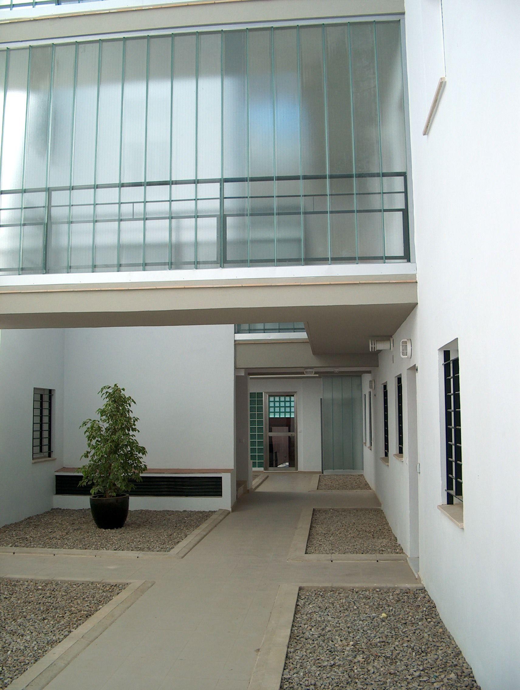 Edificios moderno exterior puertas vidrio plantas for Exterior edificios