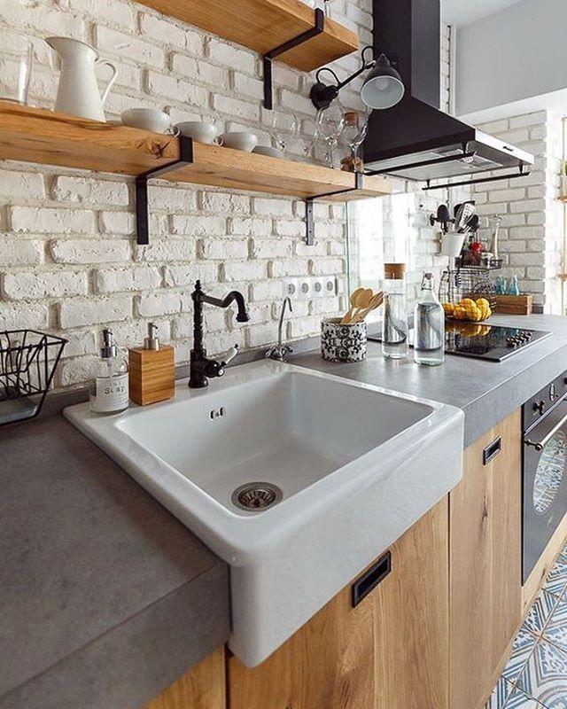 Une cuisine avec un beau plan de travail en béton et un mur de - plan de travail de cuisine