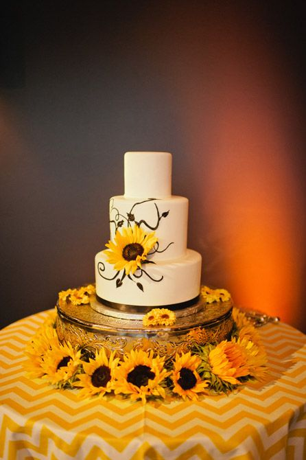 Sunflower wedding cake | Photo: Bee Photographie