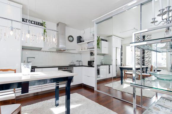 keittiö,korkeakiilto,peiliovet,led-valot,moderni,mustavalkoinen sisustus,yksiön sisustus,yksiö