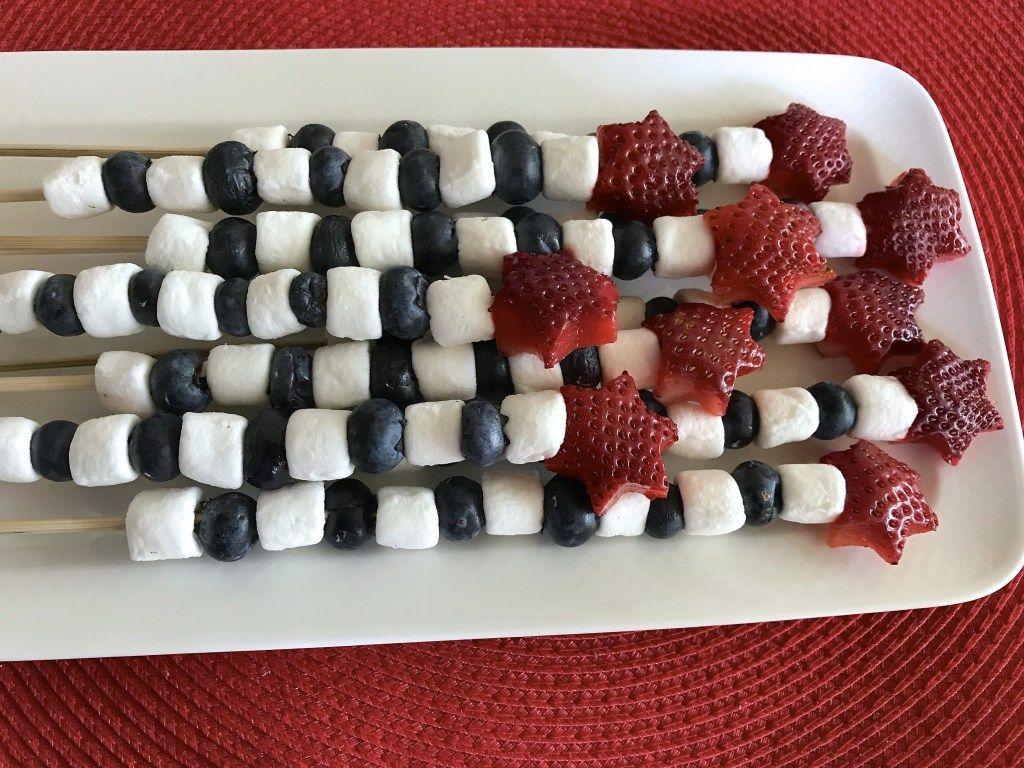 Cómo Hacer Brochetas O Pinchos De Frutas Para Celebrar El 4 De Julio Hispana Global Receta Pinchos De Frutas Recetas De Comida Brochetas De Frutas
