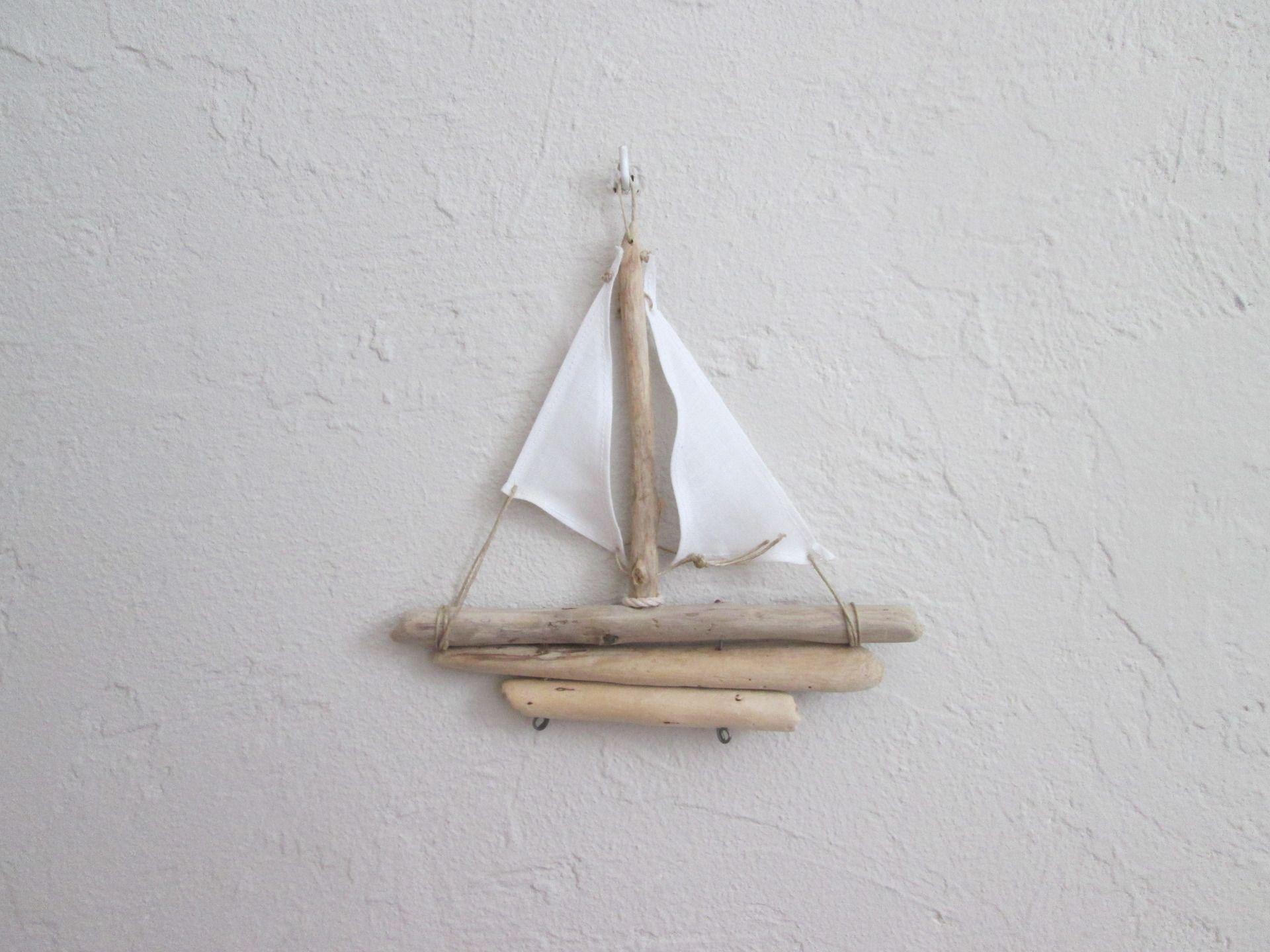 petit bateau bois flott avec voiles en lin blanches d corations murales par maskott. Black Bedroom Furniture Sets. Home Design Ideas