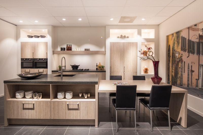 Landelijke leefkeuken met zitgedeelte. nuva keukens goed bedacht