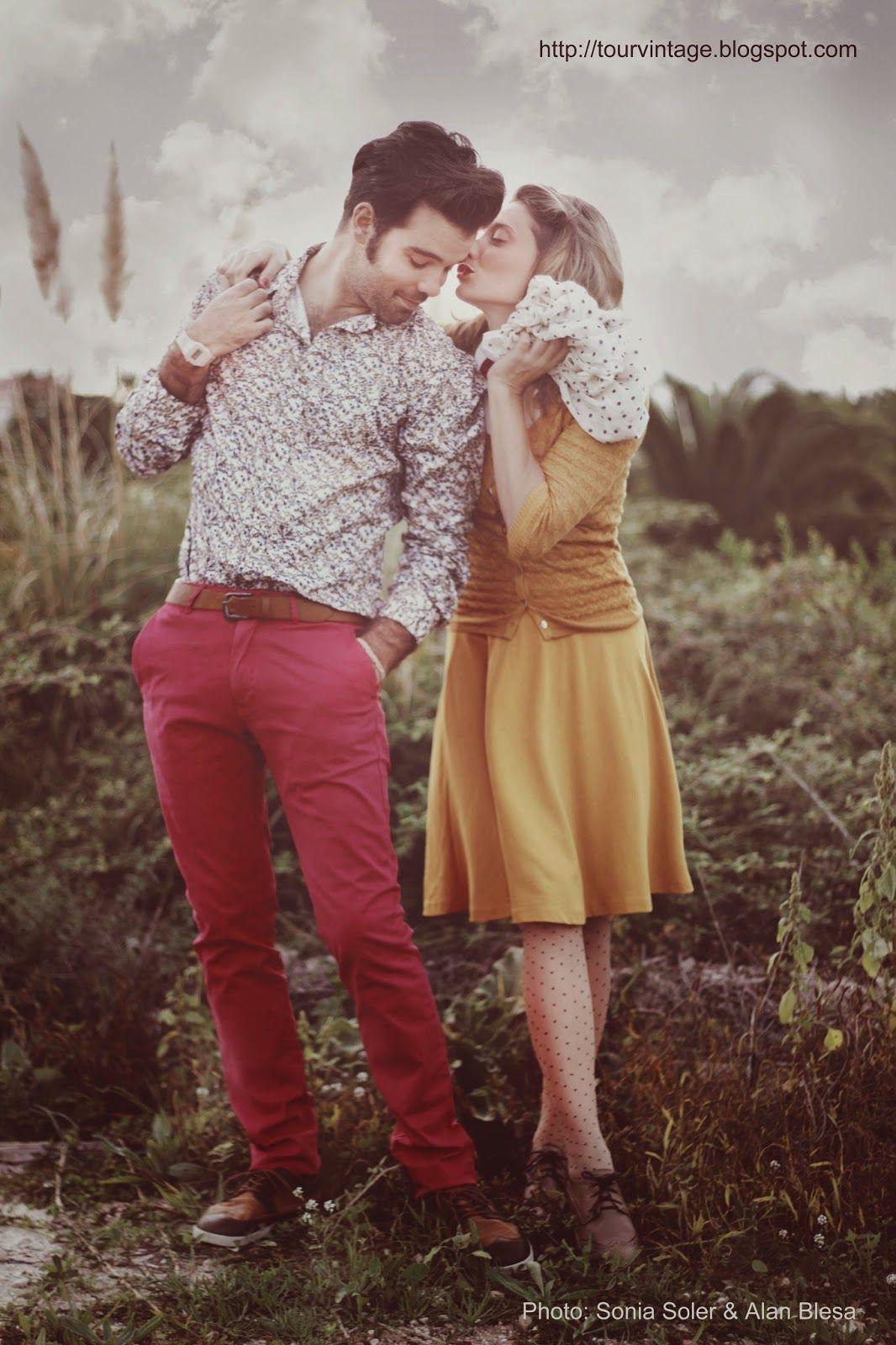 Sonia: Falda midi y chaqueta calada mostaza de Stradivarius. Alan: Chino rojo de Scotch and Soda y camisa de Zara