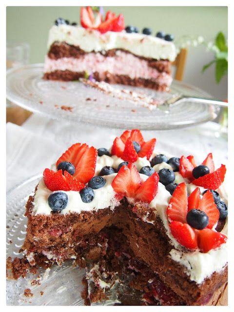Ihana maidoton  suklaamoussekakku ja vinkki helppoon kakunkoristeluun. Mansikkatulppaaneilla saa elävyyttä mansikkakakkuun.
