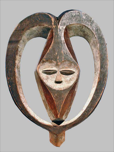 Masque facial anthropomorphe, enveloppé de cornes Kwele République du Congo bois, pigments