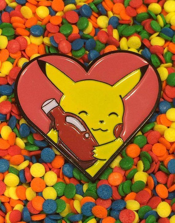 Pikachu le encanta mucho ketchup y está buscando para compartir este amor contigo!  Esta clavija fue creada con la inspiración de Episodio 42 - enfrentamiento en ciudad oscura de la icónica serie de Pokemon indigo. Perfecto para el hardcore fan de Pokemon y los amores de ketchup por ahí!  Este pin esmalte suave medidas en 3,5 cm (1 3/8 in) de ancho y es de 3,3 cm (1 1/4 adentro) de altura. Se monta con un solo perno y embrague de metal forro.  Cada pin es enviado en un perno de la b...