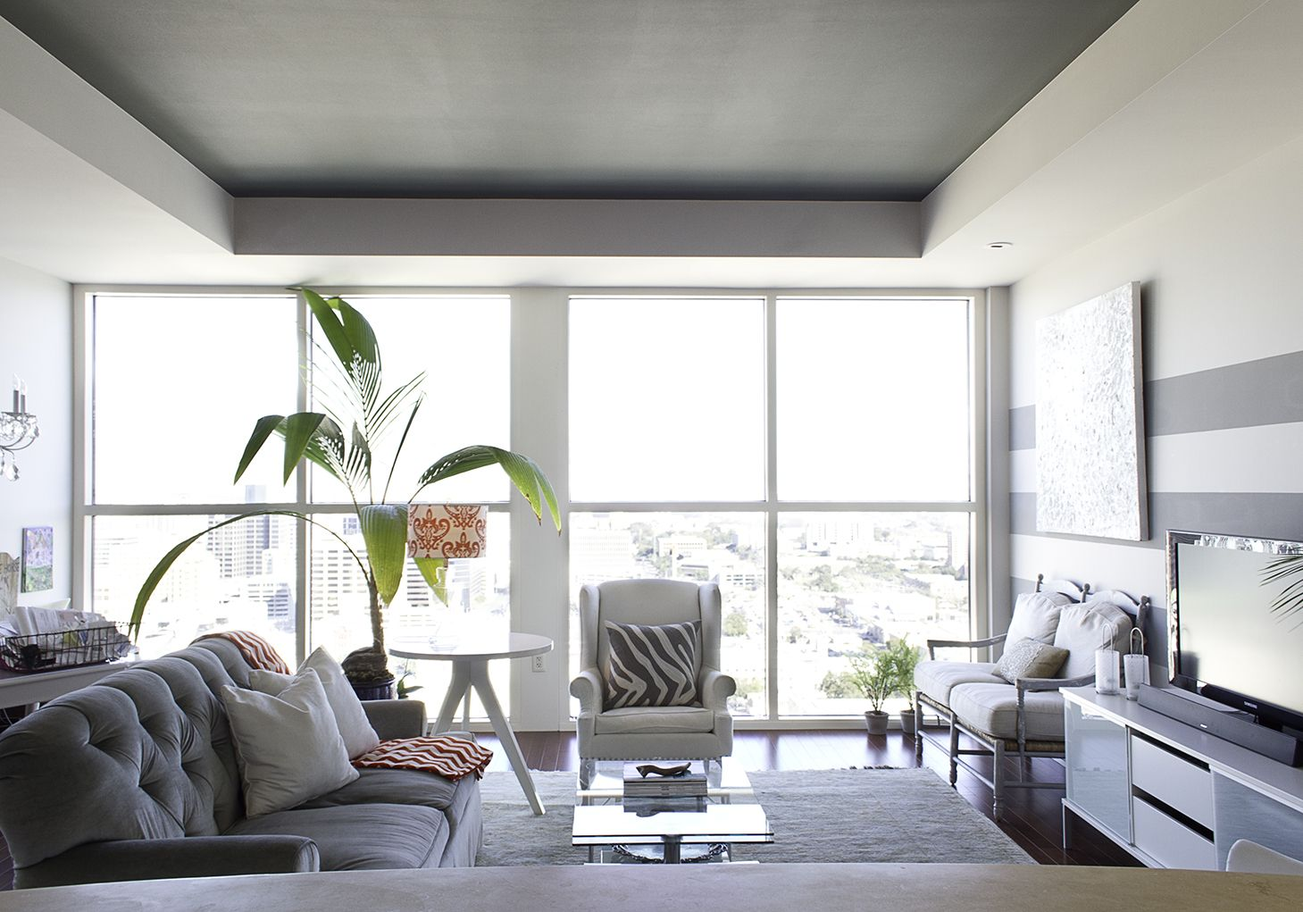 Grey and white condo living room. | Delicious homes and decor ...