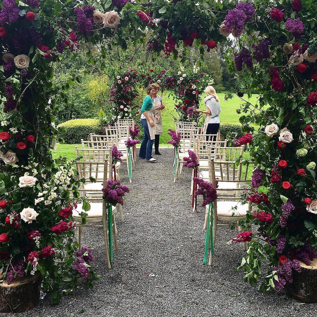 What a wonderful morning ! #sabinedarrall3weddings #floralarch #flowerarch #florist #teamwork #vibrant #countrybaroque #somerset #weddingcourse #weddingflowers