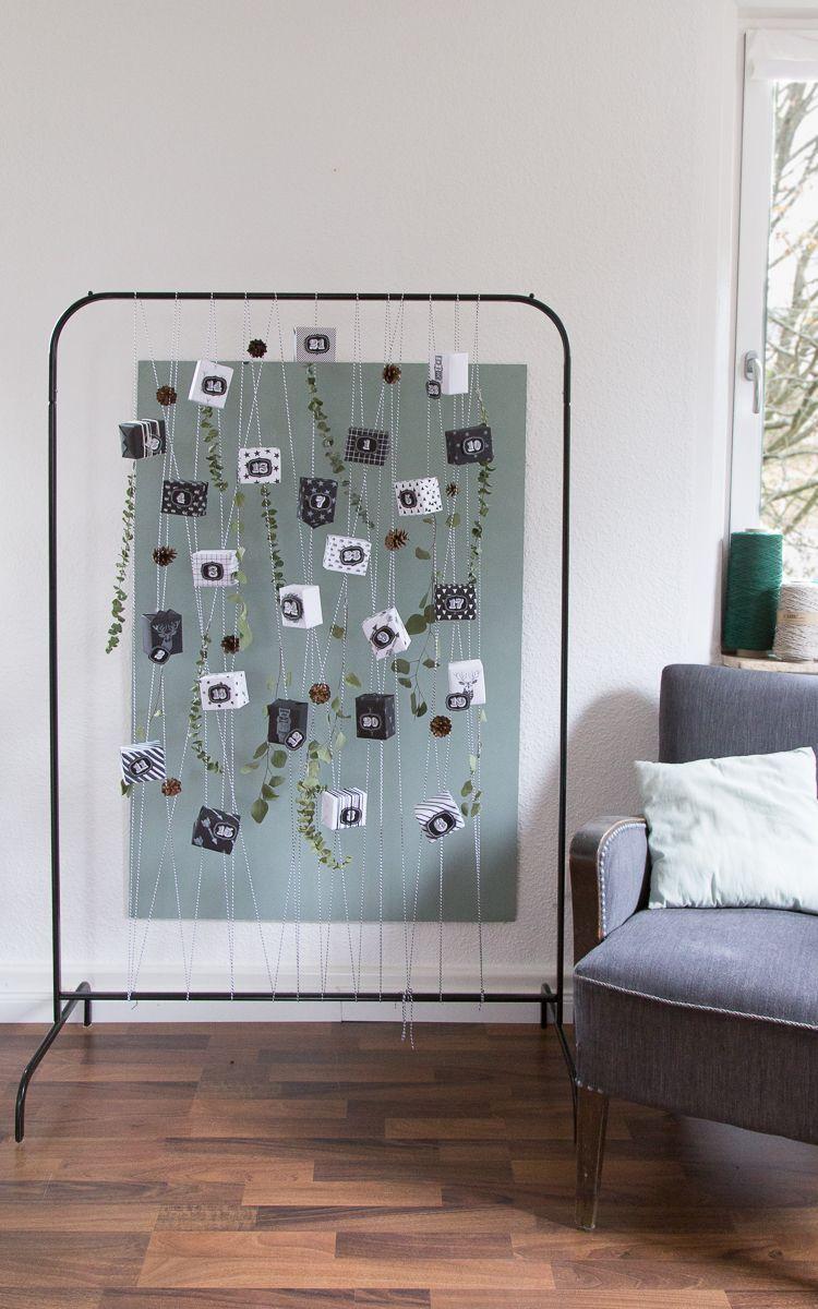 Adventskalender aus Stempeln und Garn an einer Kleiderstange I Our advent calendar is a simple metal coat rack, winded with our thick bakers twine in black-and-white // GARN & MEHR