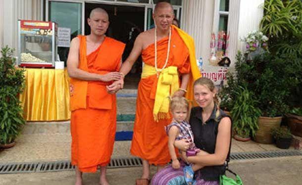 De laatste weken hebben we zoveel sloopwerk verricht aan het Thaise boeddhisme, dat we bijna zouden vergeten dat er ook monniken zijn die goed werk verrichten.