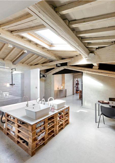Ba o con isla central de palets para lavabos zona de - Sofas con palets de madera ...