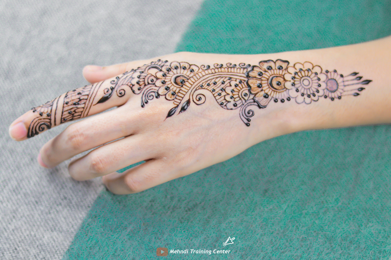 نقش الحناء الجميل على ظهره تصميم الحناء الأنيق والبسيط نقش الحناء خطوة بخطوة In 2020 Henna Hand Tattoo Mehndi Designs Hand Tattoos