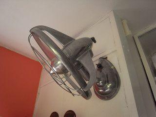 ブゥゥゥゥン と アンティークの壁掛け扇風機 扇風機 壁掛け 扇風機 アンティーク