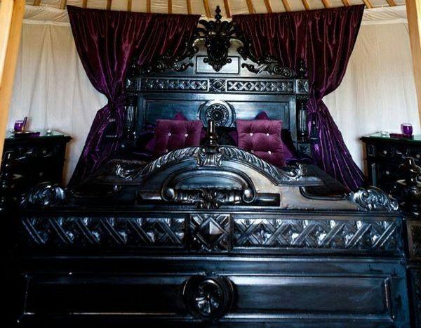 aristokratisch wirkendes gothic bett mit lila gardinen | wohnen, Schalfzimmer deko