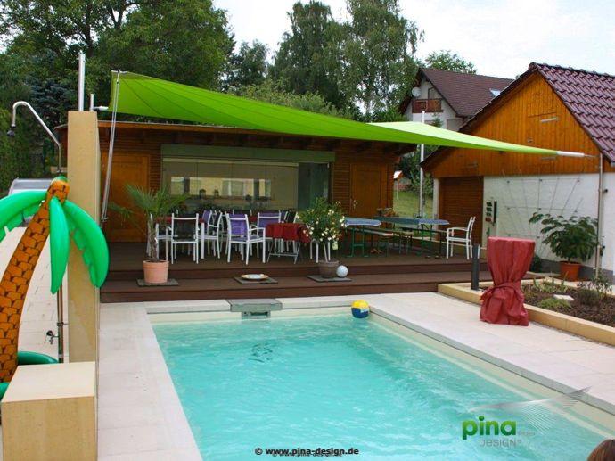 Sonnensegel in elektrisch aufrollbar über einer Terrasse am Pool ...
