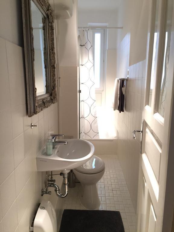 Kleines helles badezimmer in hamburger altbauwohnung for Schoene badezimmer