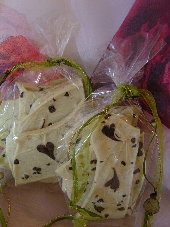 Weiße Bruchschokolade mit Zartbitter-Herzchen