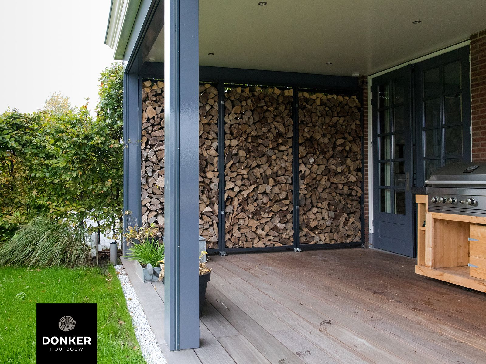 Donker Houtbouw Klassieke veranda Vlondervloer Buitenkeuken