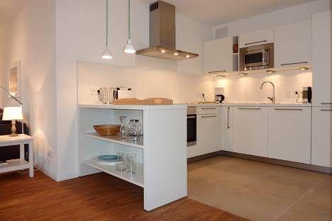 Küche offen zum Wohnbereich: der Tresen dient sowohl als optische Trennung als auch als Stauraum
