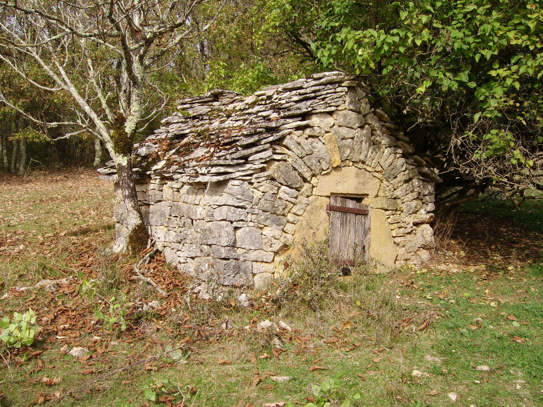 Cabane de pierres s ches sur le causse de thenon nature - Maison en pierre seche ...
