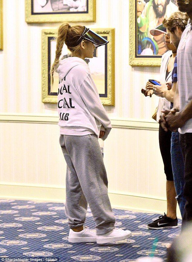 Photo of Ariana Grande bleibt während einer Nachtreise nach Disneyland inkognito