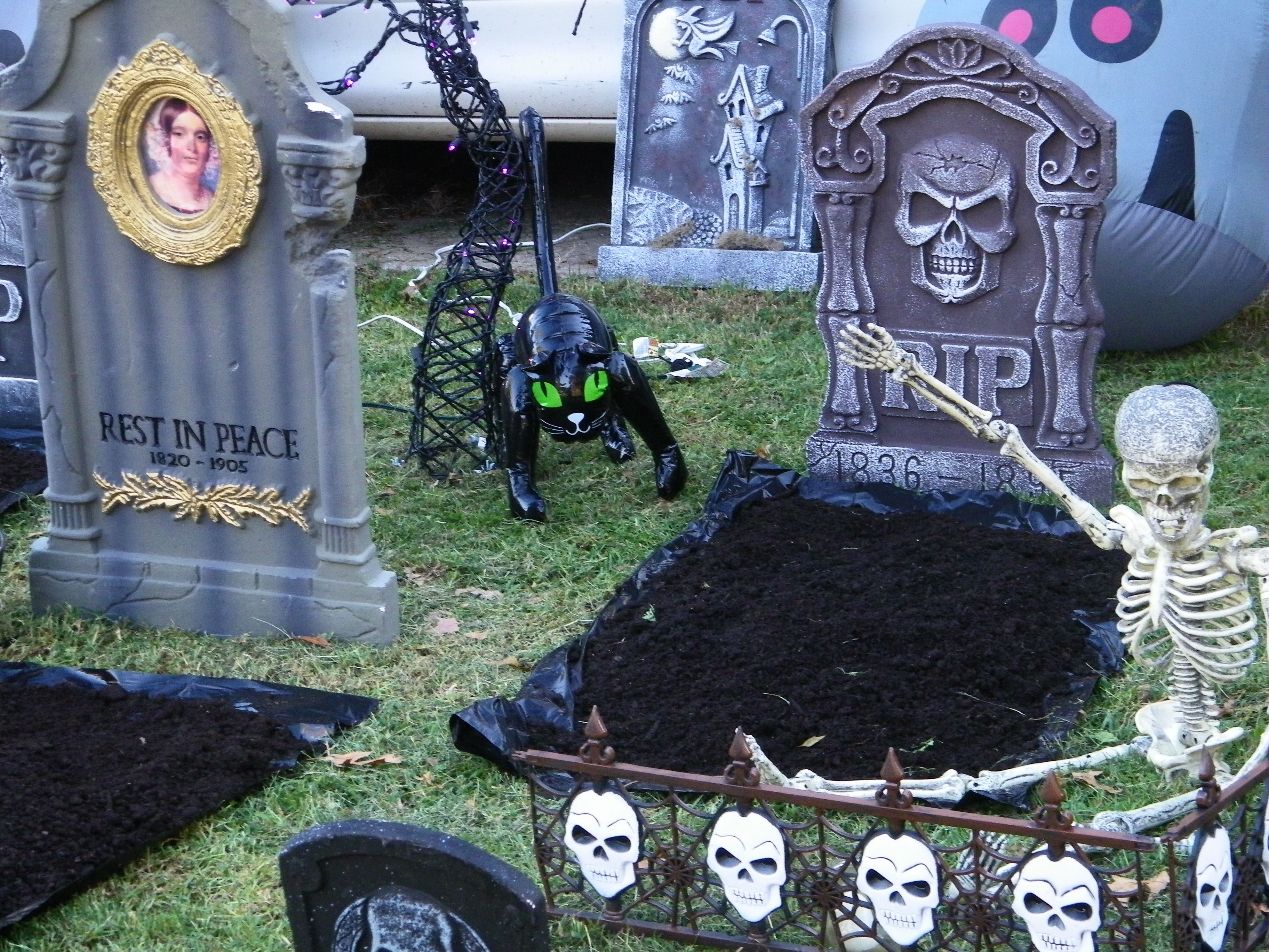 Create your own cemetery right in your front yard Outdoor - front yard halloween decorations