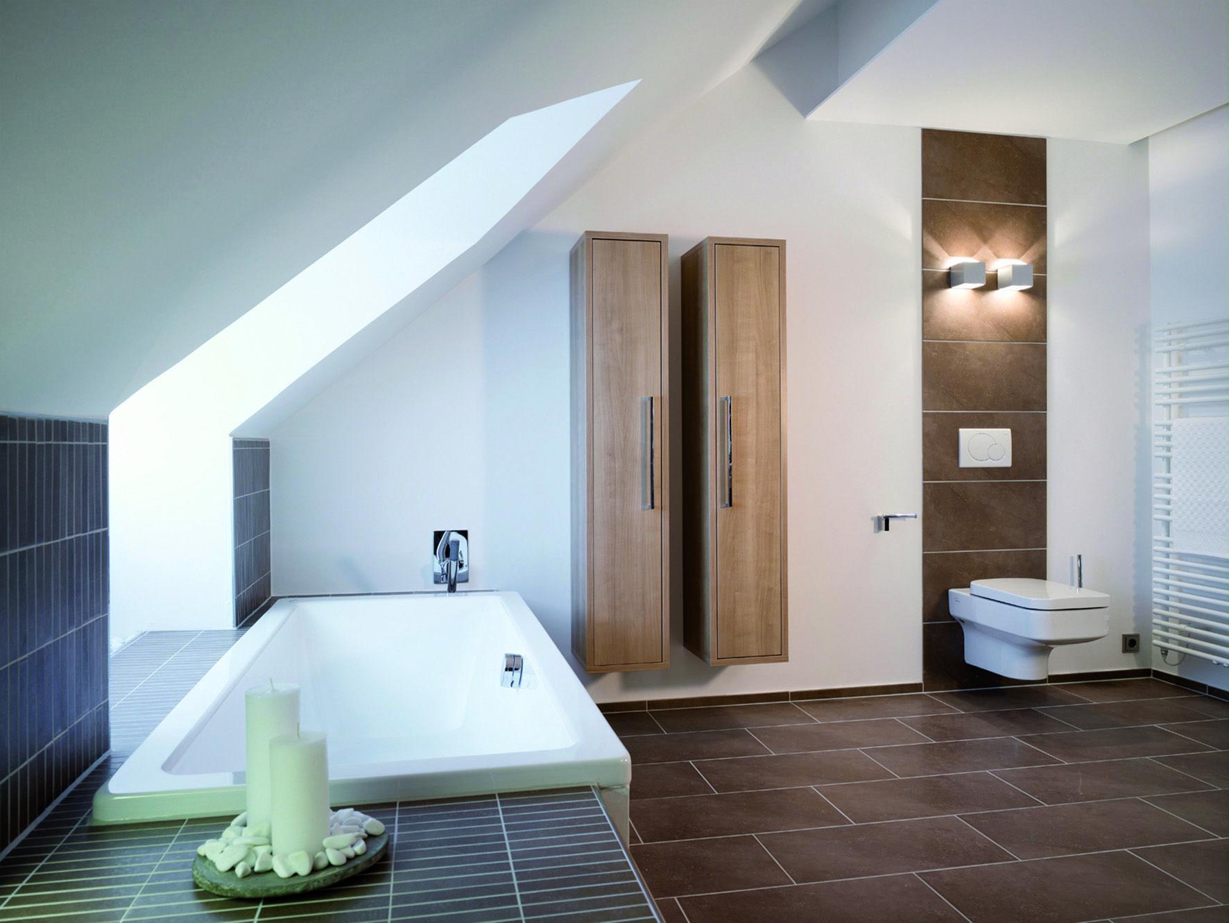 so viel kostet dein traumbad badezimmer mit dachschr ge. Black Bedroom Furniture Sets. Home Design Ideas
