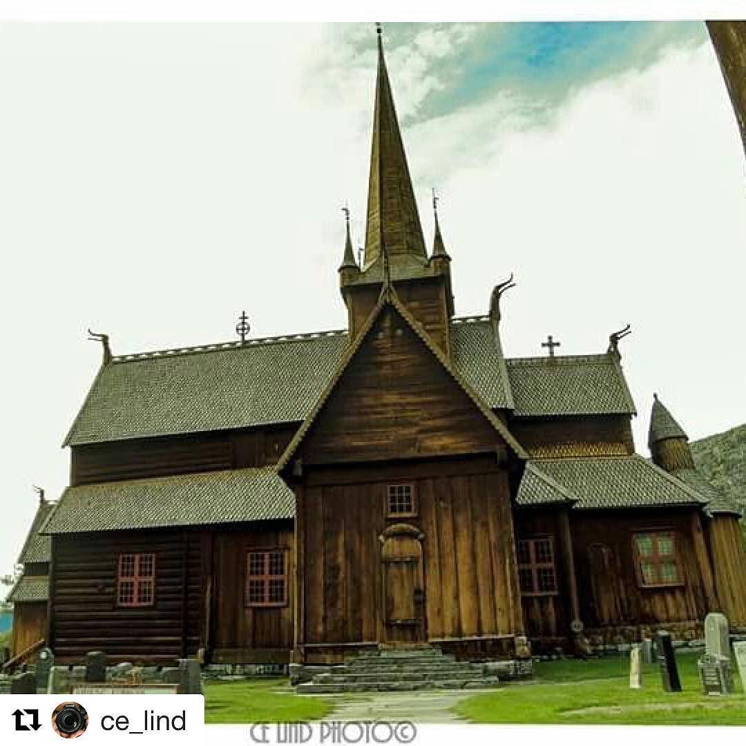 Lom stavkirke. #reiseliv #reisetips #reiseblogger #reiseråd  #Repost @ce_lind (@get_repost)  Svarthvitt eller farge?  Lom Stavkirke er en stavkirke fra perioden 1170 til 1200 i Lom kommune Oppland fylke Norge. Kirken som er en av de største i Norge ble trolig bygget i slutten av 1100 - årene. Ut fra dendrokronologisk datering er stavkirken oppført etter 1157/1158.  Det er gjort en rekke interessante funn av graver stolpehull og mynter under arkeologiske utgravinger.  Viet til Jomfru Maria…