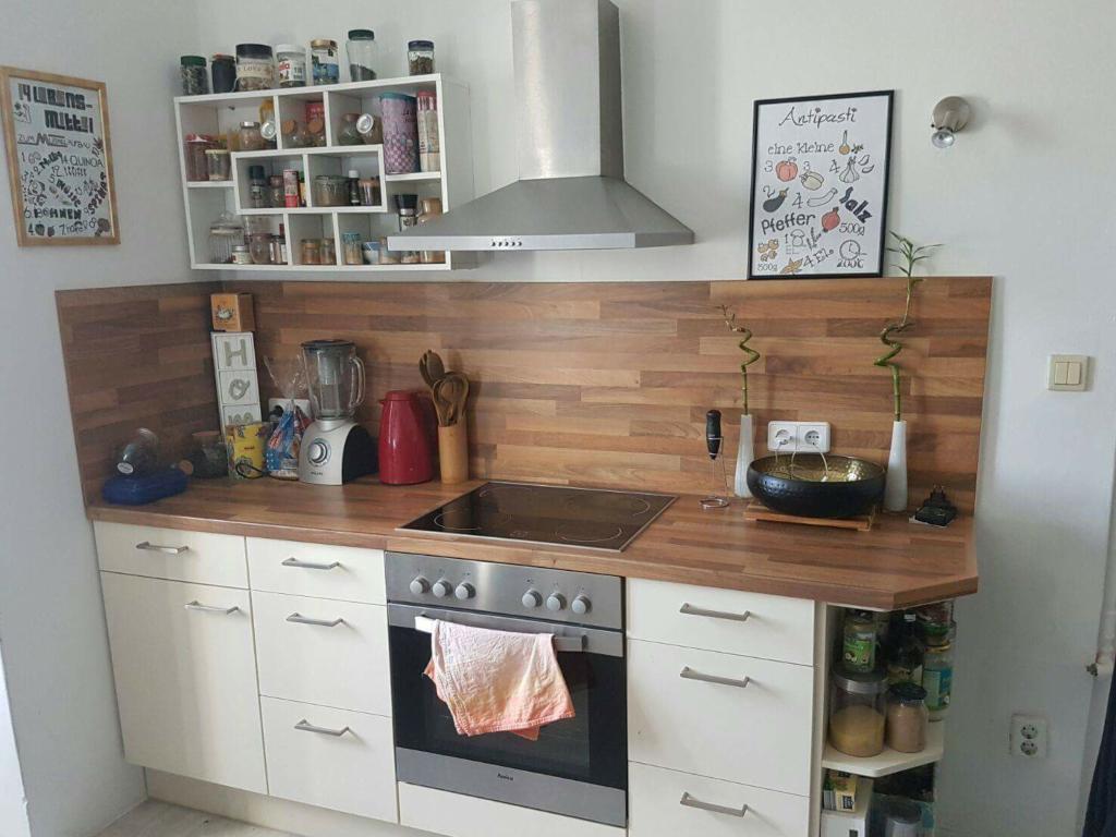 Wg Kuche Ordentlicher Machen Mit Einem Praktischen Regalsystem Kuche Kitchen Regal Kuche Einrichten Kuchen Inspiration Schrank Kuche