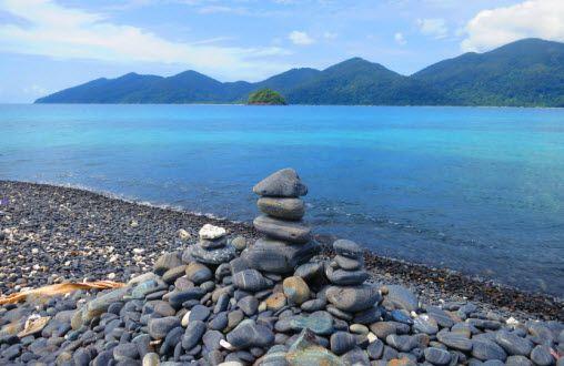 Black stones beach at Koh Hin Ngam near Koh Lipe! (มีรูปภาพ)